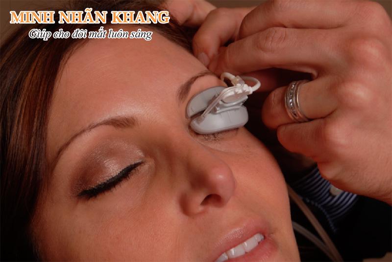 Người bệnh đang được điều trị bệnh khô mắt bằng phương pháp Lipiflow